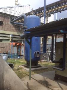 En la foto puede verse la instalacion del pulmon de la instalación a la intemperie con las conexiones invertidas. El chorro blanco que se ve al costado es un chorro de agua condensada que escapa.